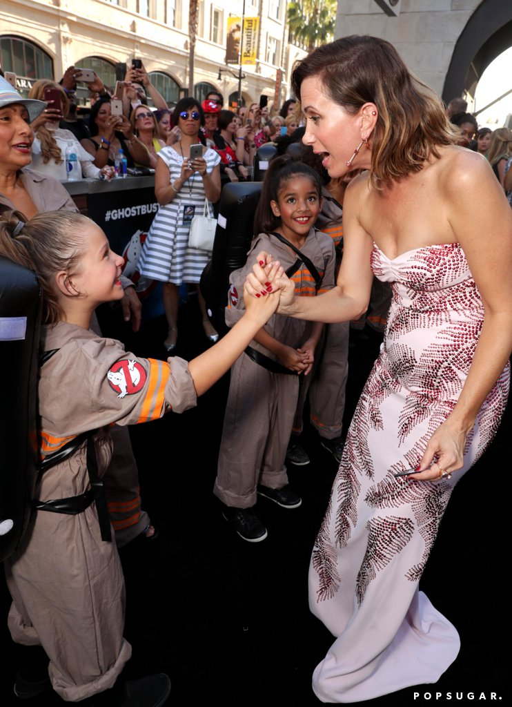 Kristen-Wiig-Meeting-Little-Girls-Dressed-Ghostbusters